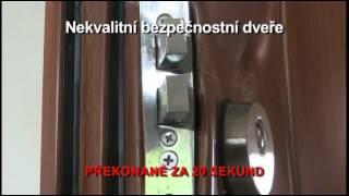 URNA Policie ČR testuje překonání obyčejných a bezpečnostních dveří